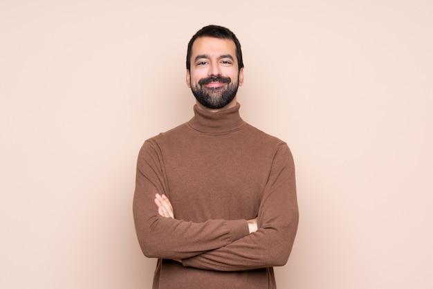 Homem, mantendo os braços cruzados na posição frontal