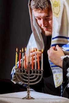 Homem, mão, acenda velas, em, menorah, ligado, tabela, servido, para, hanukka