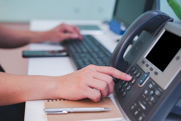 Homem, mão, imprensa, número, telefone, contatando