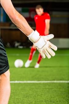 Homem marcando um gol