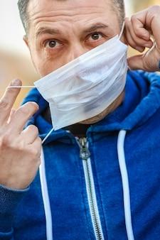 Homem mascarado de coronavírus e ar. proteção contra pm 2,5 poluído com o vírus na europa e ásia