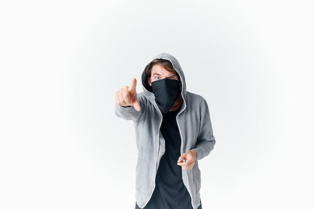 Homem mascarado em máscara com capuz emoções roubo espaço isolado