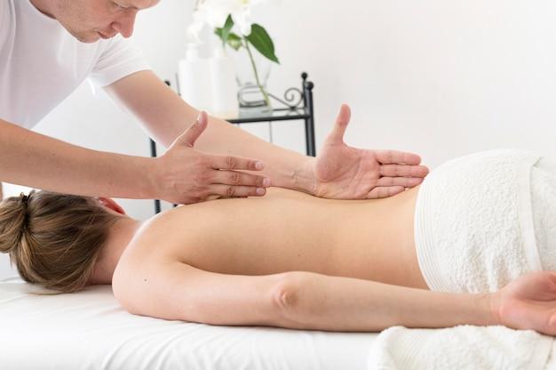 Homem massageando as costas da mulher