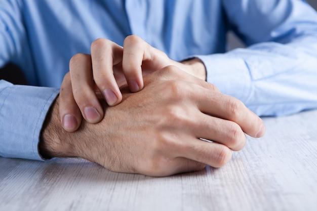 Homem massageando o braço dolorido