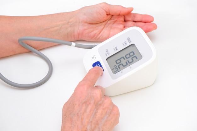 Homem mede a pressão arterial