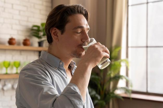 Homem mediano bebendo smoothie