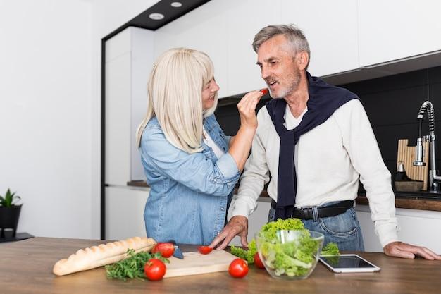Homem mediano degustando tomate