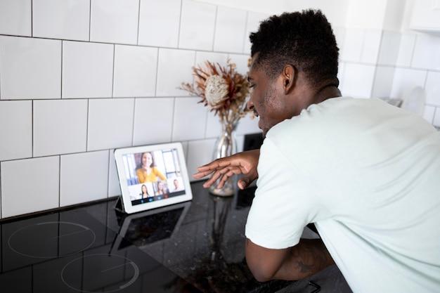 Homem mediano em videochamada