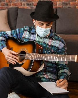 Homem mediano escrevendo letras