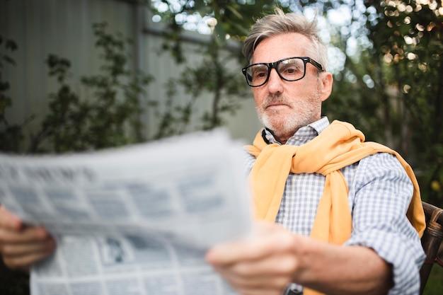 Homem mediano lendo notícias