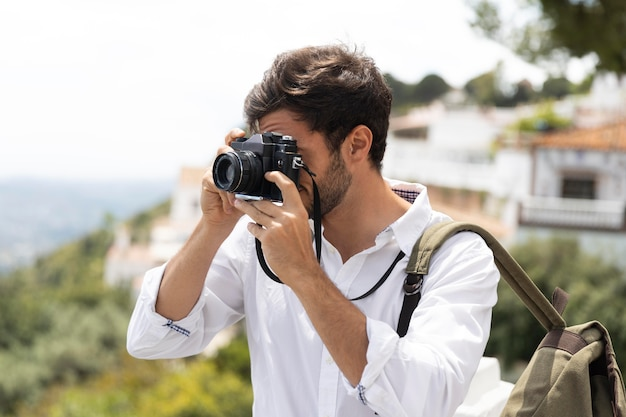 Homem mediano tirando fotos