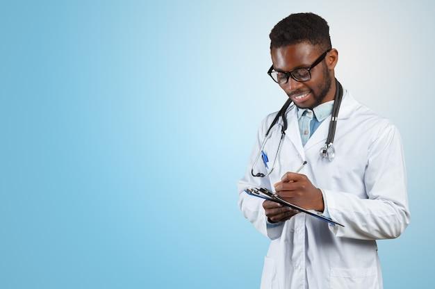 Homem médico americano africano.