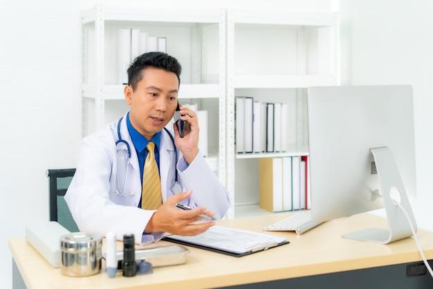 Homem médico escrevendo documento branco conversando com paciente em consulta