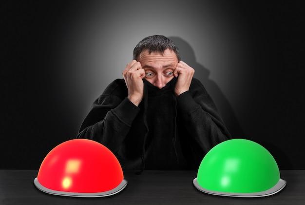 Homem medroso e pensativo escolhe o botão direito em vez de cinza