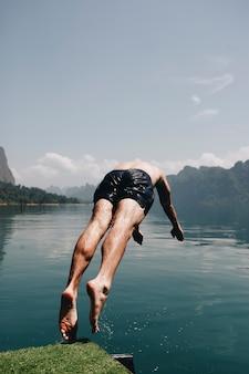 Homem, mergulhar, em, a, água