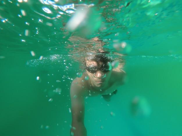 Homem, mergulhar, submarinas, em, oceânicos, homem, desgaste, um, natação, goggles, sob, a, verde, água