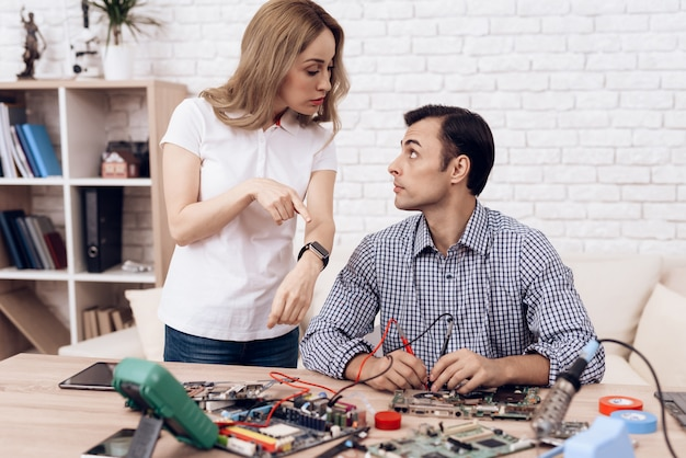 Homem mestre reparação aparelhos em casa nd mulher.