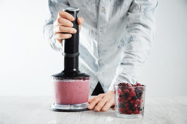 Homem mistura frutas congeladas