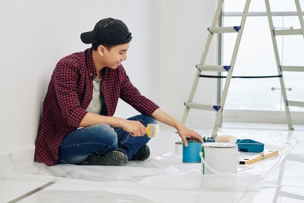 Homem misturando tintas de parede