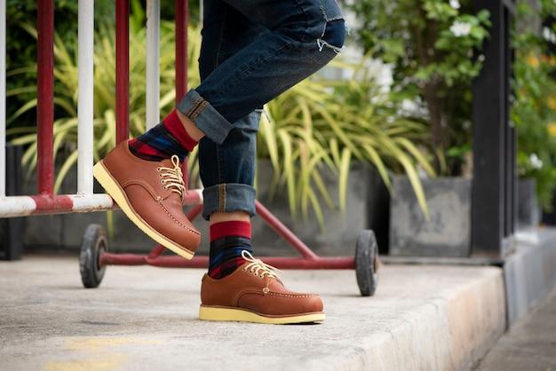 Homem moda vestindo jeans e sapatos marrons