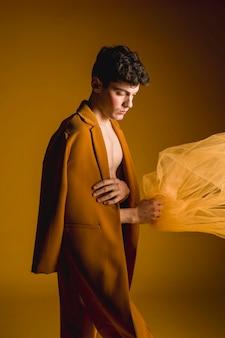 Homem modelo posando com casaco