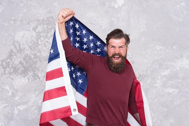 Homem moderno americano comemora o dia da independência com a bandeira nacional, o conceito de protesto social.