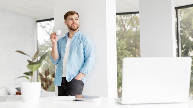 Homem moderno, bebendo café