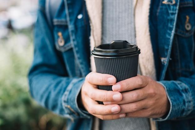 Homem moderno, com, xícara café, em, urbano, meio ambiente