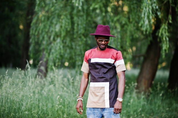 Homem moderno e elegante com óculos escuros e chapéu