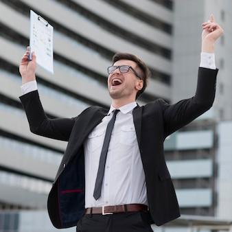 Homem moderno feliz de baixo ângulo