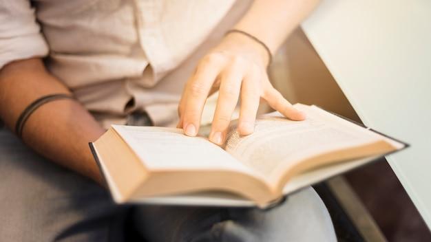 Homem moderno, leitura, ligado, sofá