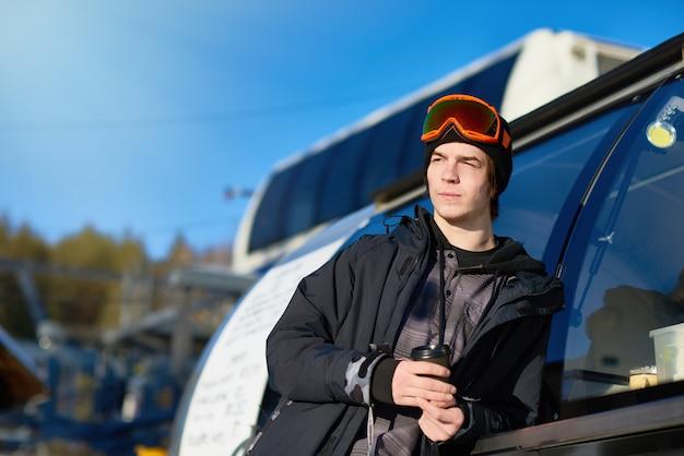Homem moderno na estação de esqui