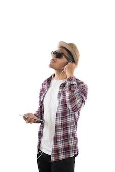 Homem moderno novo nos fones de ouvido segurando o smartphone isolado no th