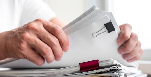Homem moderno, organizando documentos de negócios