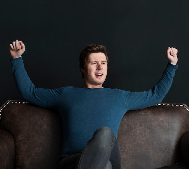 Homem moderno relaxando no sofá