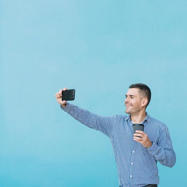 Homem moderno, tendo selfie