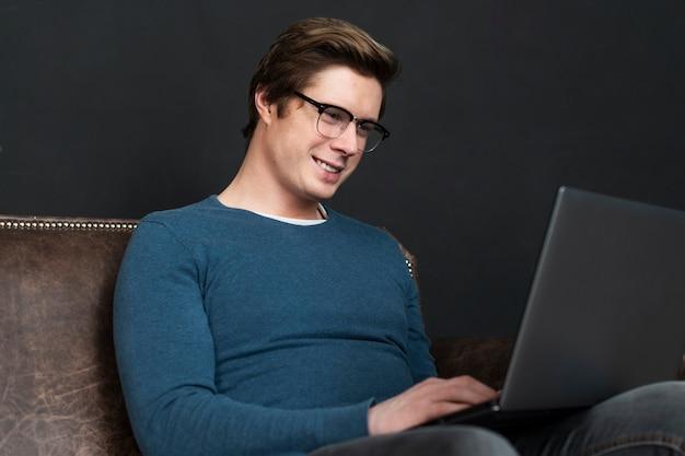 Homem moderno, verificando as mídias sociais