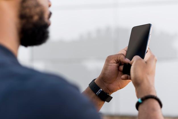 Homem moderno verificando o telefone