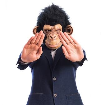 Homem monkey que faz o sinal da parada
