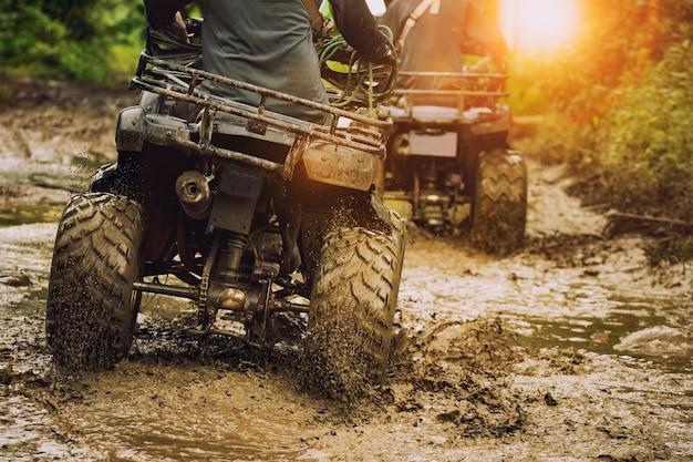 Homem, montando, atv, veículo, ligado, desligado, pista estrada, pessoas, desporto ao ar livre, activitiies, tema
