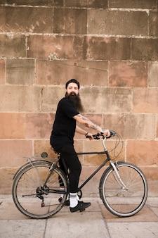 Homem, montando, ciclo, frente, antigas, parede