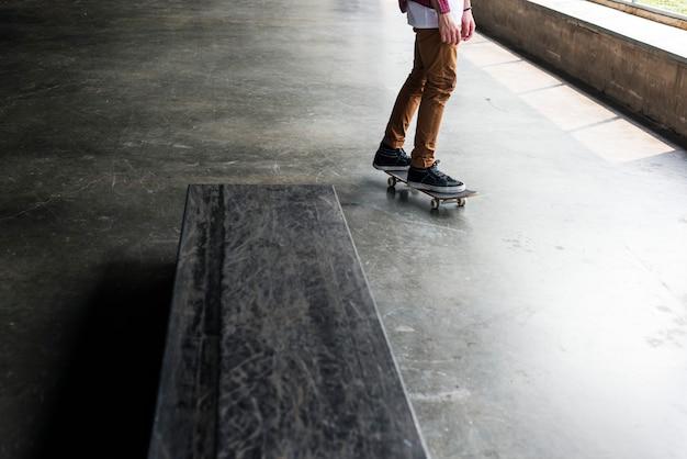 Homem, montando, um, skateboard