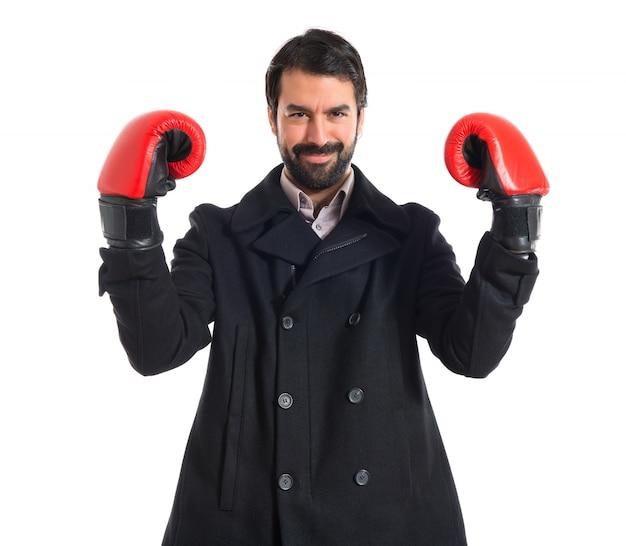 Homem moreno com luvas de boxe