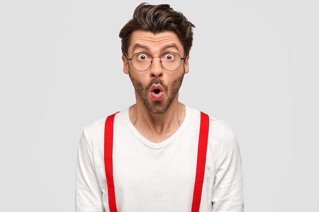 Homem moreno de óculos redondos e camisa branca