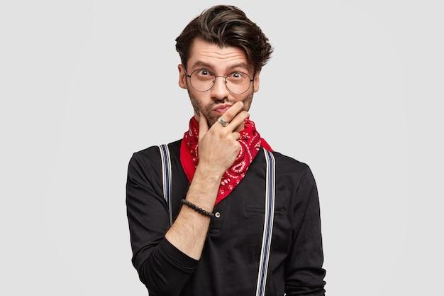 Homem moreno estiloso com lenço vermelho