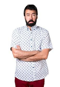 Homem moreno triste e lindo com barba