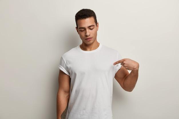 Homem moreno vestindo camiseta branca
