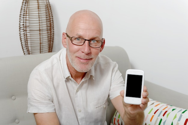 Homem mostra a tela do seu telefone