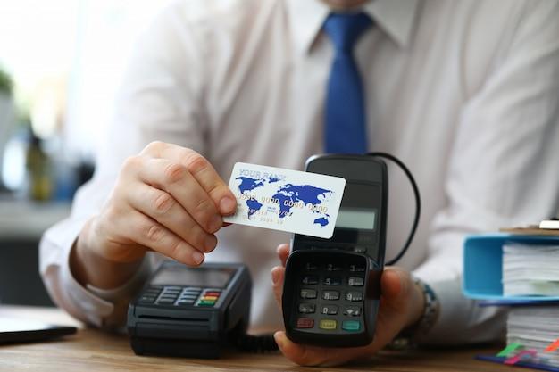 Homem mostra cartão de crédito oferece terminal escolher