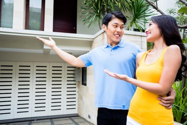 Homem mostra sua mulher sua nova casa asiática